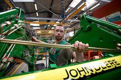 John Deere ist einer der weltweit führenden Hersteller hochentwickelter Produkte und Dienstleistungen für die Land- und Forstwirtschaft und darüber hinaus ein bedeutender Anbieter von Baumaschinen und Maschinen für Rasen- und Grundstückspflege.