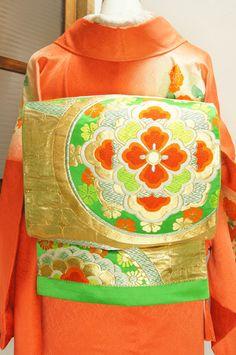 アンティークの宝飾品のような唐花模様美しいスプリンググリーンの袋帯です。