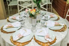 Mine Wedding, Mesa de convidados, pgs rústicos românticos, sousplat dourados, vidros rústicos.