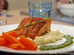 Grillet laks med blomkålpurè, appelsinkokte gulrøtter og persillepesto. #fisk #laks