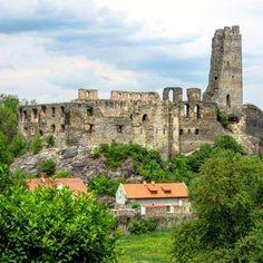 Nenapadá vás, kam si zajet udělat krásný výlet? A co české hrady? Ukážeme vám 30 nejkrásnějších hradů v ČR, které stojí za to navštívit. Czech Republic, Castle, Mansions, House Styles, Instagram Posts, Travel, Viajes, Traveling, Luxury Houses