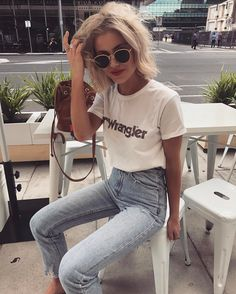 "8,750 Synes godt om, 58 kommentarer – Laura Jade Stone (@laurajadestone) på Instagram: ""Morning coffee before heading off to Byron ☀️ Wearing my fav denim from @general_pants…"""