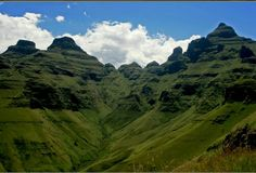 Drakensberg Mountains – South Africa This makes me homesick ! South Afrika, Namibia, Kwazulu Natal, Pretoria, Live, Places To See, Cathedral, Beautiful Places, Scenery