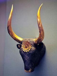 Rhyton es una copa ceremonial, en forma de cabezas de toro de plata y oro que se llenaba de vino a modo de jarra . El Vino, era vertido desde la boca del toro .