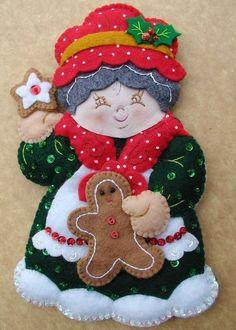 Bordados Oma - Porta Cubiertos Sra Noel Christmas Ornament Template, Felt Christmas Ornaments, Christmas Projects, Handmade Christmas, Holiday Crafts, Christmas Holidays, Christmas Wreaths, Felt Crafts Patterns, Christmas Decorations For Kids