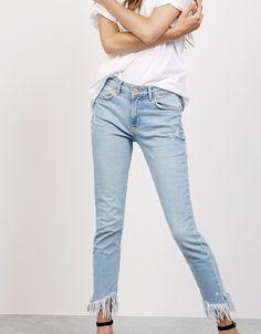 Jeansy o fasonie skinny fit z klasycznym stanem i strzępionymi nogawkami - Dżinsy - Bershka Poland