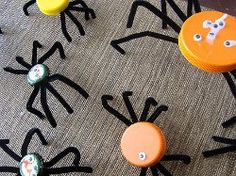 DIY Halloween : DIY bottle cap spiders - easy craft for kids party Kids Crafts, Quick Crafts, Preschool Crafts, Fall Crafts, Holiday Crafts, Holiday Fun, Arts And Crafts, Craft Projects, Craft Ideas