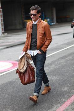 Un look urbain et élégant pour le week-end : une belle veste en cuir, un jean selvedge retroussé et toujours la chemise qui n'est pas rentrée dans le pantalon pour ajouter une touche de décontraction et de verticalité à l'ensemble de la tenue. A noter le rappel de couleur entre les chaussures et la veste en cuir qui apporte de l'homogénéité à la tenue. #modehomme #streetstyle #inspiration #menfashion #cuir #sunglasses #hiver #2014