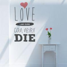 Vinilo decorativo con el texto..un amor como el nuestro nunca muere.. escrito en inglés. Se puede indicar otro color. Masquevinilo.com