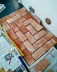Talomme olohuoneen lattian avaamisen yhteydessä löytyi aiemmin puretun tulisijan paikka. Kivipeti oli tarkastelun jälkeen käyttökelpoinen ja sen päälle muurattiin parin varvin tiilikakku. Tiilipeti jätettiin pari senttiä lattialaudoitusta matalampaan korkoon jotta myöhemmin sen voisi viimeistellä laatoilla. Ja niin öh tiililaatathan ne sitten siivilöityivät ainoaksi järkevän näköiseksi vaihtoehdoksi kaikenlaisten kylppärilaatan oloisten seasta. Sopivaa terracotta- tai tiililaattaa etsittiin…