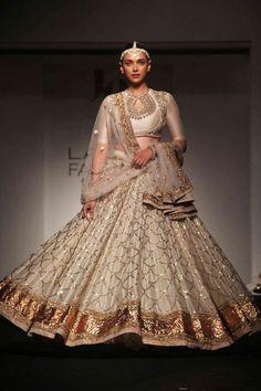 Designer Bridal Lehenga, Indian Bridal Lehenga, Indian Bridal Fashion, Indian Wedding Outfits, Indian Outfits, Pakistani Formal Dresses, Indian Dresses, Dandiya Dress, Rajasthani Dress