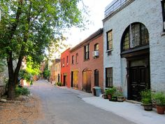 We love carriage houses for their charm and aesthetic appeal, and also for their evocation of old New York. They allude to a now-gone city of cobblestone streets and horse drawn carriages. Brooklyn Heights, along with Clinton Hill and Cobble Hill, has qu