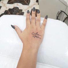 Tatuagem na mão: 90 ideias INCRÍVEIS para você ousar (FOTOS) Mini Tattoos, Love Tattoos, Beautiful Tattoos, Body Art Tattoos, Small Tattoos, Tattoos For Women, Tatoos, X Tattoo, Piercing Tattoo