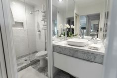 When even that window is missing from the bathroom, a carefully planning of the space, great lighting and the use of mirrors could mean the difference between seeing your eyes under poor light and leaving the bathroom confident and refreshed. Not to mention that the vessel sink surrounded by mirrors from three sides stylishly completes this space imagined by Merlin Bergeron Design