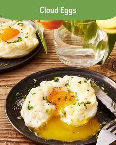 You can mix your cloud eggs with other herbs as you please . - You can refine your cloud eggs as you like with other herbs, cheese or bacon cubes. Healthy Meal Prep, Healthy Dinner Recipes, Healthy Snacks, Healthy Eating, Breakfast Desayunos, Breakfast Recipes, Fried Zucchini Recipes, Slow Cooker Rice Pudding, Ways To Cook Eggs