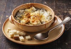 10 soups for winter less than 300 calories , Onion soup lightRecover the recipe of light onion soup.Slimming Council: opt for grated lighter. For croutons, put on hard bread (about 50 g per perso. Ww Recipes, Lunch Recipes, Gourmet Recipes, Healthy Recipes, Healthy Food, Shark Fin Soup, Hard Bread, French Soup, Fruit In Season
