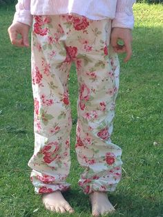 Luftig leichte Sommerstoffhose sehr einfach zu nähen. Super bequeme Sommerhose mit Gummizug ist sehr angenehm im Sommer zu tragen und ist gleichzeitig ein Sonnenschutz. Die superleichte Nähanleitung für den Hosen Schnitt und noch viele weitere Kleiderschnitte und Nähideen findest du auf dem Blog www.snyggbox.de