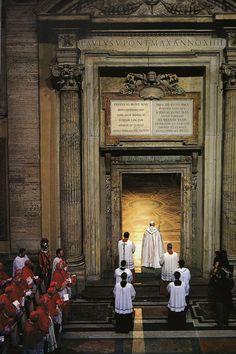 Apertura della Porta Santa da parte di papa Giovanni Paolo II in occasione del Giubileo Straordinario della Redenzione nel 1983