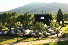 Vista de las mesas y escenario de la boda de Carlos Baute con el monte Abantos de fondo en los jardines de la finca El Campillo. Espectacular!!