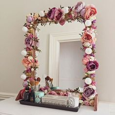 I've been spotting some fantastic DIY vanity mirror recently. Here are 17 ideas of DIY vanity mirror to beautify your room Ideias Diy, Home And Deco, Beauty Room, Diy Beauty, Diy Room Decor, Home Decor, Bedroom Decor Diy On A Budget, Room Inspiration, Mirror Inspiration