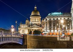 ST PETERSBURG, RUSSIA - OCTOBER 08, 2015: Saint Isaac Cathedral  and Hotel…
