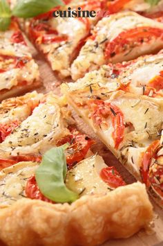 Cette tarte facile au jambon, tomates et chèvre se cuisine sur une base de pâte feuilletée. #recette#cuisine#tarte#jambon #tomate #chevre Shrimp, Food, Tomato Pie, Tarts, Meal, Essen, Meals, Yemek, Eten