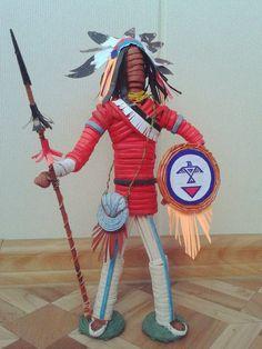 Вот немного подробностей плетения индейца-вождя) Высота 30 см, ушло 90 трубочек) Всем удачи и новых творческих подвигов!!)))