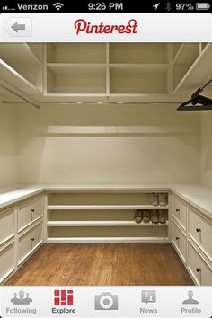 Estantería por encima y por debajo con una sección colgando en el medio. Organizado, funcional y un gran aprovechamiento del espacio en un pequeño armario.