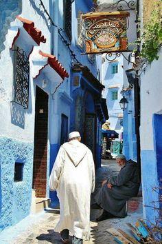 Voyage chez les Amazighs Entrée de la Médina de Chefchaouen Agadir, Tanger Morocco, Medina Marrakech, Marrakesh, Places To Travel, Places To Visit, Kind Of Blue, City Aesthetic, Sharm El Sheikh