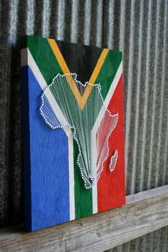 Flag Love // Reclaimed Wood Nail and String Art Tribute With Painted Flag Background South Africa Diy Photo, South African Flag, Wood Nails, Nail String Art, Flag Background, Arts And Crafts, Diy Crafts, Prego, Africa Map