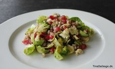 Supersund og lækker salat med granatæblekerner, rosenkålsblade, broccoli og perlebyg