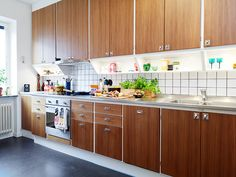 Löytöjä Stadshem sivuilta. Näissä 50 luvun keittiöissä on jotain perin viehättävää minun silmääni. Jotain himpun verran erilaista m...