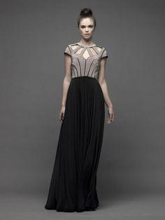Vestido de fiesta largo con bloque de color en tono camel y negro con escote asimétrico - Foto Catherine Deane