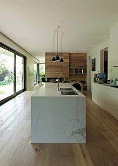 Bloc de marbre pour le plan de travail dans la cuisine http://www.homelisty.com/plan-de-travail-cuisine-en-71-photos-idees-inspirations-conseils/