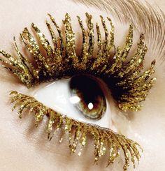 Quite the golden eyelashes! [Golden glitter mascara by Kenneth Willard for Tush magazine] Glitter Mascara, Colored Mascara, Glitter Lips, Glitter Dress, Pink Glitter, Tush Magazine, Glitter Make Up, New Years Eve Makeup, Golden Glitter