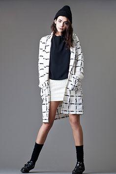 BLANCO Y NEGRO MIX   Chaqueta larga de Glamorous, falda mini y blusa de @veromodafashion, zapatos MariaMare y gorro Hydroponic.