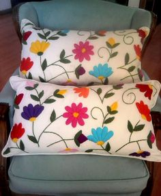 almohadones bordados by Sally Godwin Hand Embroidery Videos, Hand Embroidery Flowers, Hand Embroidery Designs, Embroidery Patterns, Cushion Embroidery, Embroidered Cushions, Crewel Embroidery, Mexican Embroidery, Cushion Covers
