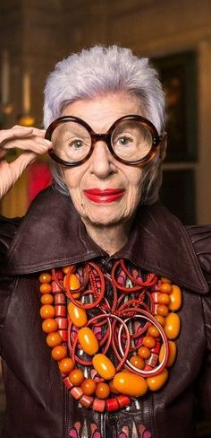 """I cannot pull off these may beads but maybe will achieve the same look. """"A woman is as old as she looks but a man is never old until he stops looking"""" - Iris Apfel Iris Fashion, Look Fashion, World Of Fashion, Womens Fashion, Fashion 2020, 50 Y Fabuloso, Ss16, Maxi Collar, Advanced Style"""