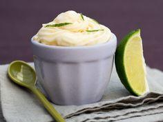 Facile, la glace au yaourt maison ! On la prépare avec une sorbetière, version express au mixeur ou sous forme de barres à déguster avec les doigts.