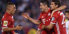 DFB Pokal, erste Runde, August 2016: C.Z.Jena - Bayern München 0:5 -Robert Lewandowski (Mitte) trifft dreimal