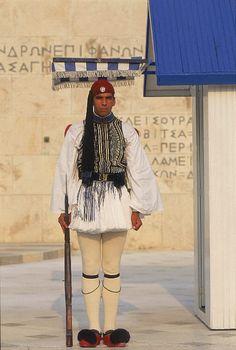 Καθήκον τους είναι η φύλαξη του μνημείου του Άγνωστου Στρατιώτη, μνημείο το οποίο δημιουργήθηκε για να τιμήσει όλους τους Έλληνες στρατιώτες, οι οποίοι θυσιάστηκαν στο βωμό της ελευθερίας.