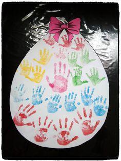 gros oeuf de paques en empreintes de mains, bricolage enfant et nounou
