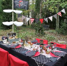 I had an opportunity to throw a great Pirate-themed party several years ago. It was a surprise birthday party. Pirate Party Tables, Dinner Party Table, Deco Pirate, Pirate Theme, Decoration Pirate, Fete Halloween, Pirate Birthday, Childrens Party, Ideas Party