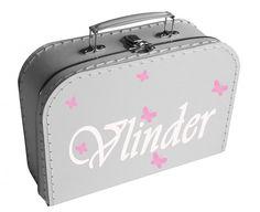 Een lief koffertje met daarop vlindertjes en de naam van je kindje.