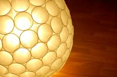 lamp shade from recycled plastic cups things-i-want-to-make Ikea Lamp, Plastic Cups, Crafty Craft, Crafting, Looks Cool, Lamp Light, Light Fixture, Pendant Lamp, Decoration