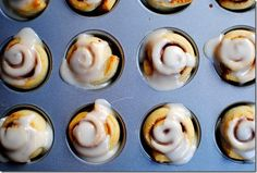 In less than 10 minutes, you can have some of the most delicious mini cinnamon rolls you've ever had. Mini Cinnamon Rolls with Maple Icing is a tasty fall twist on your favorite morning treat. Breakfast And Brunch, Breakfast Recipes, Dessert Recipes, Breakfast Ideas, Just Desserts, Delicious Desserts, Yummy Food, Cini Minis, Kos
