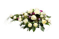 Malli No 8 - Kuvan arkkulaitteessa on valkoista ruusua, lilaa ranunculusta ja vaaleanlilaa eustomaa, sekä koristevihreää. Hautavihkossa lisäksi koristenauha. Arkkulaitteen hinta on 130 € toimitettuna siunaustilaisuuteen.