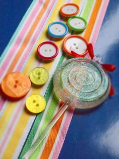 Cocktail estival de créations couture rubans et boutons Frou-Frou