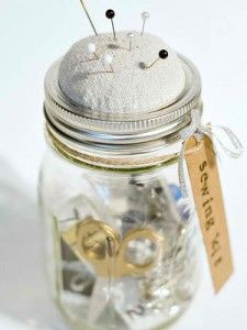 Keep your sewing supplies at the ready inside a Mason jar equipped with a DIY pincushion lid. Get the tutorial at It All Started With Paint. See all 50 things you can do with Mason jars. Uses For Mason Jars, Pot Mason Diy, Mason Jar Drinks, Mason Jar Gifts, Dollar Store Crafts, Dollar Stores, Mason Jar Projects, Diy Projects, Sewing Kit