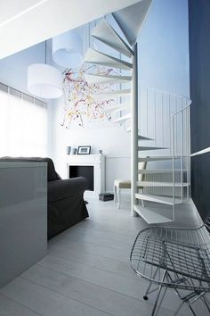 Get inspired by this stylish Polish appartment. The design team of 'Dekoratornia' opted for a well-balanced blend of black and white with a subtle touch of vibrant coulour. The white laminate flooring is our Quick-Step Perspective 'Wengé passionata'(UF1300) - www.quick-step.com